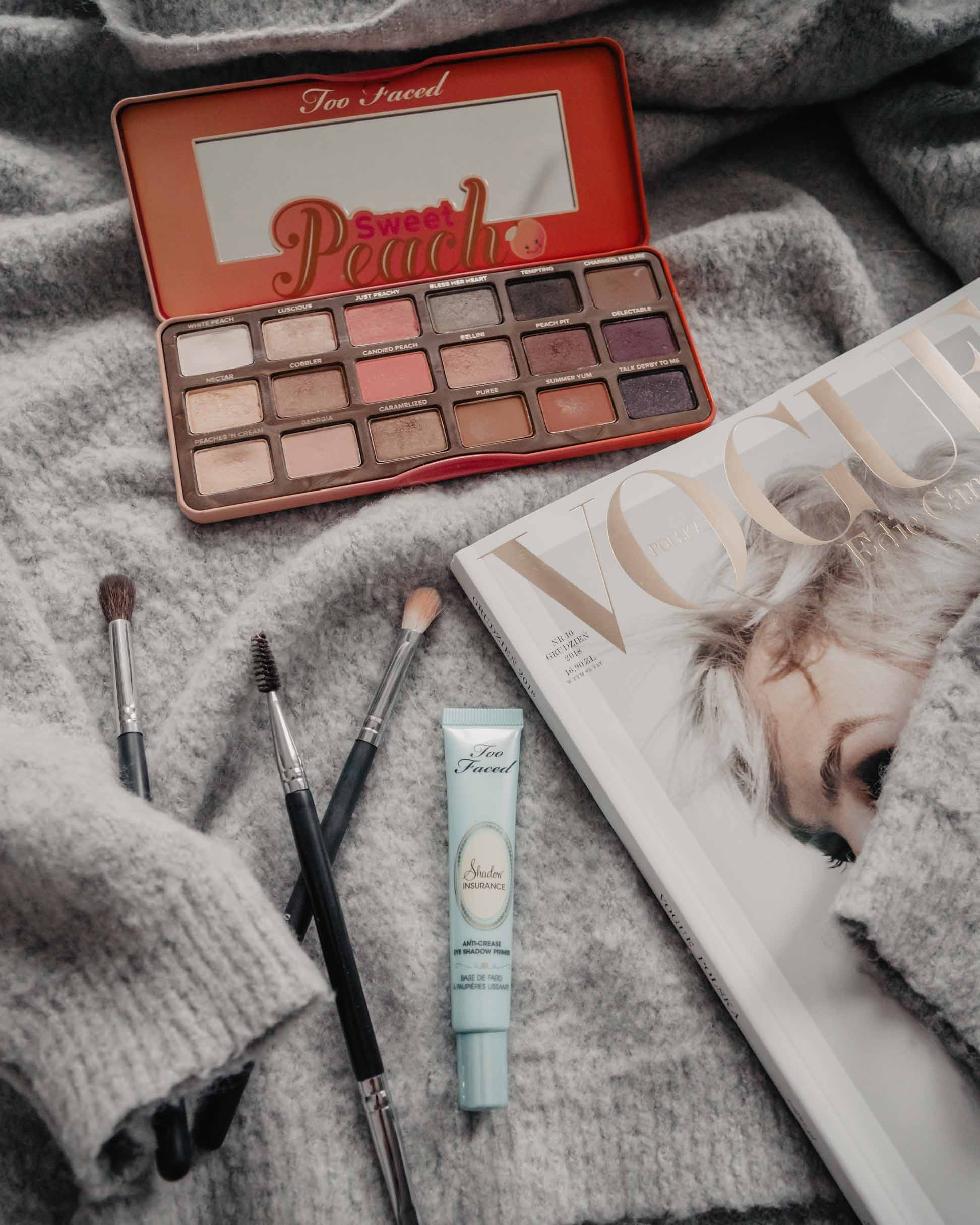 Paleta Sweet Peach Too Faced, baza pod cienie Too Faced Shadow Insurance - makijaż cruelty free